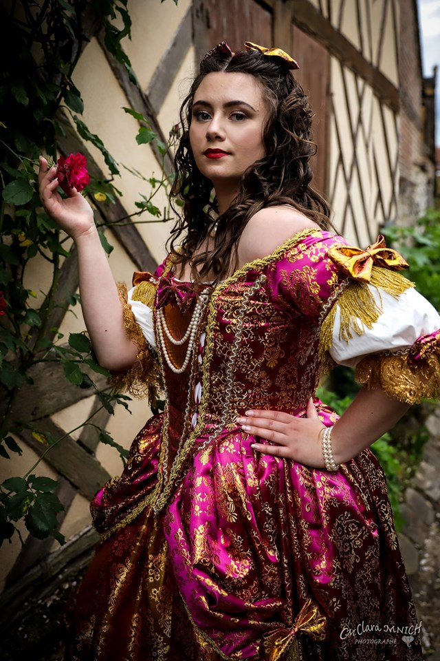 shooting photo costume a la francaise robe baroque made in france chateau de versailles jardins fleurs animations costumees il etait une fois made in france