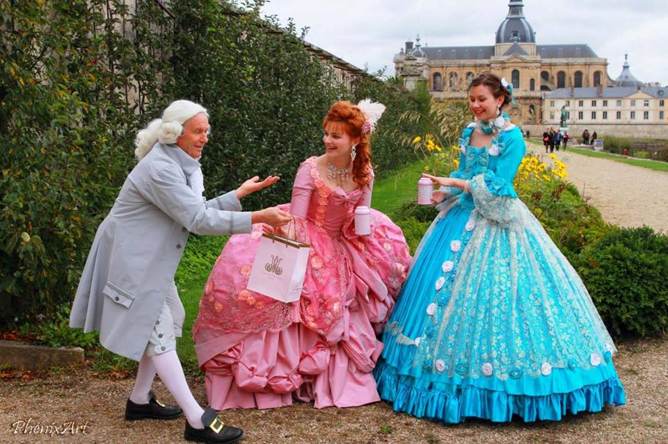 le valet presentant le the a la reine marie antoinette et a la maquise de pompadour animation costumee made in france